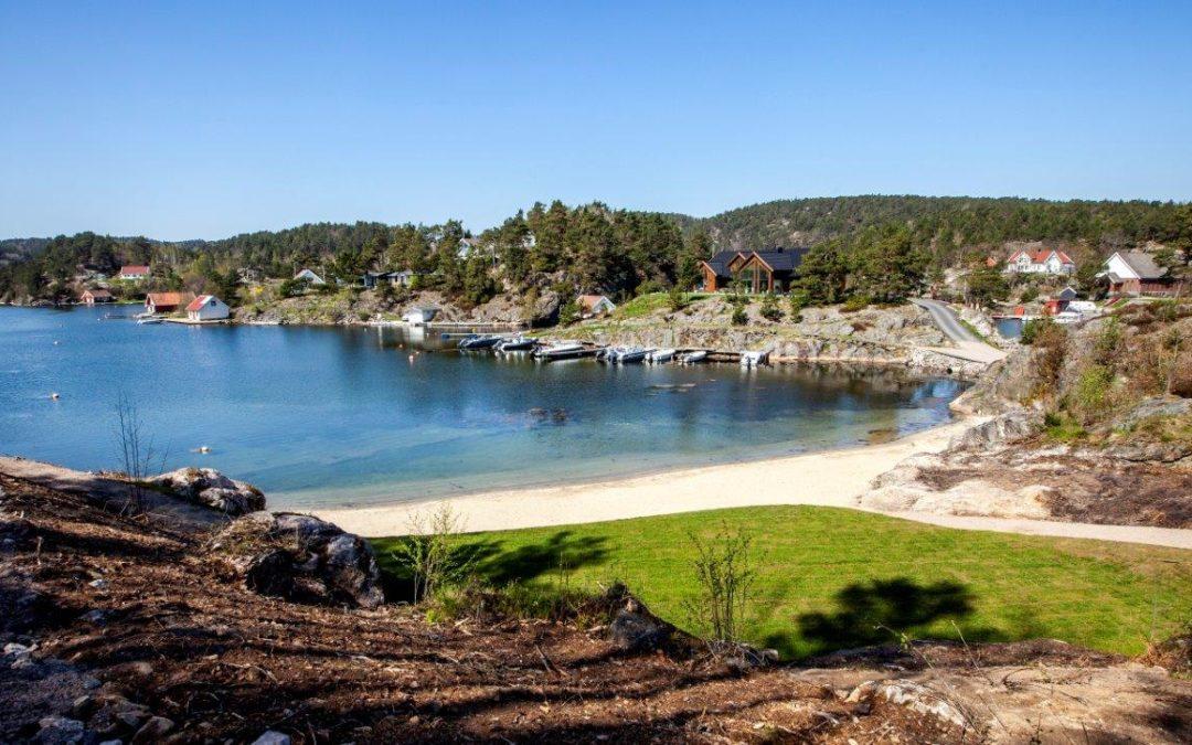 Stranden på Oftenes oppgraderes med skjellsand.
